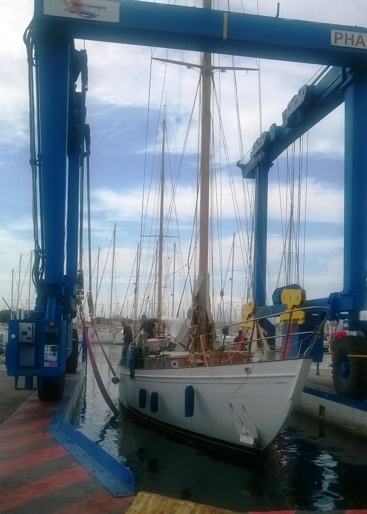 Sortie du bateau par la grue mobile de Port camargue