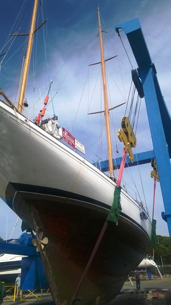 sortie du bateau par la grue de Port Camargue